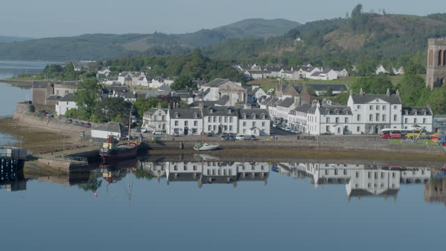 orbital shot of the harbor and waterfront buildings in inveraray - pier stock videos & royalty-free footage