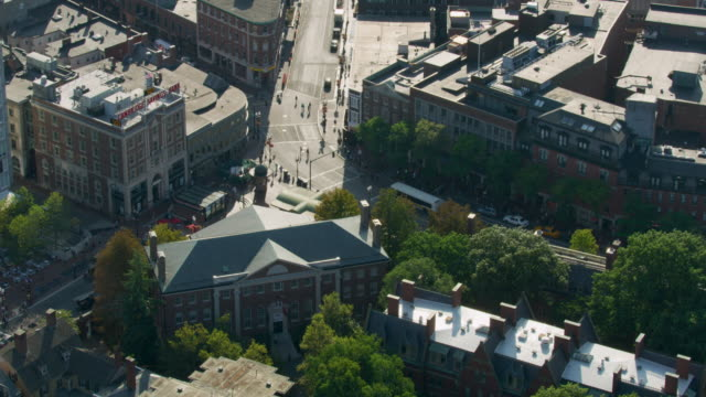 vídeos de stock, filmes e b-roll de orbital shot of the harvard square - massachusetts