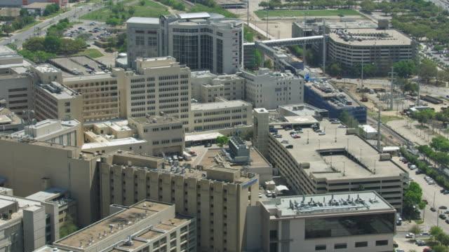 vídeos de stock e filmes b-roll de orbital shot of the parkland hospital buildings - edifício médico