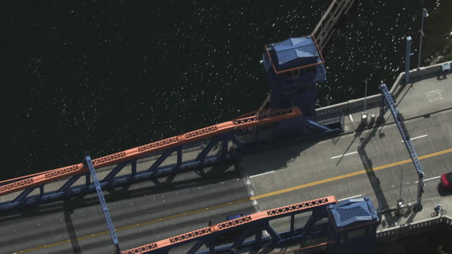 orbital shot of the tower of the fremont bridge - 跳開橋点の映像素材/bロール