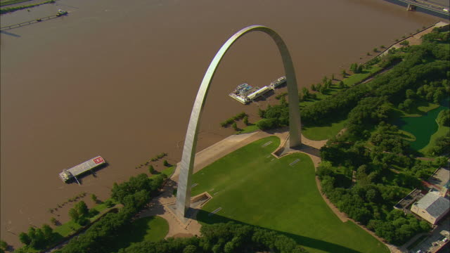 stockvideo's en b-roll-footage met aerial orbiting gateway arch, with mississippi river at flood level below/ st. louis, missouri - st. louis