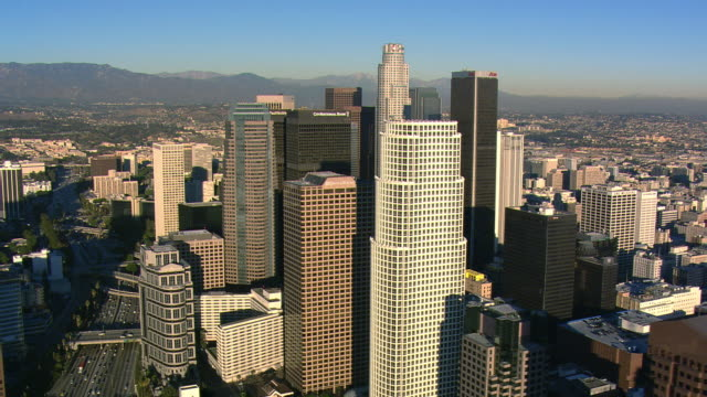 vídeos y material grabado en eventos de stock de orbiting los angeles financial district. shot in 2008. - artbeats