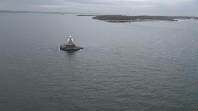 vídeos y material grabado en eventos de stock de orbiting race rock lighthouse near fishers island in long island sound, new york. shot in november 2011. - artbeats