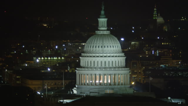 orbiting the capitol at night, traffic on pennsylvania avenue. shot in 2011. - artbeats bildbanksvideor och videomaterial från bakom kulisserna