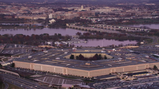 orbiting the pentagon with potomac river and washington dc cityscape in background. shot in 2011. - ministero della difesa video stock e b–roll