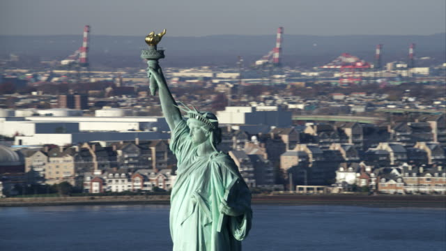 orbiting the upper half of the statue of liberty, jersey city in background. shot in 2011. - ジャージーシティ点の映像素材/bロール