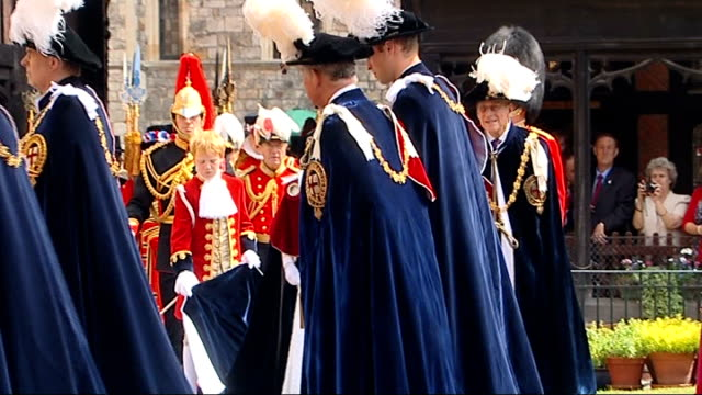 cutaways england berkshire windsor st george's chapel ext unidentified knights of the garter procession towards st george's chapel entrance/ princess... - feierliche veranstaltung stock-videos und b-roll-filmmaterial
