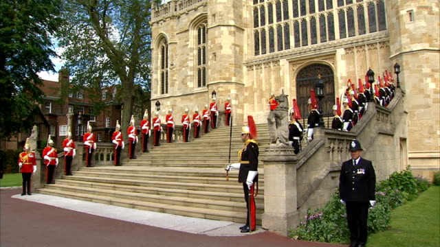 stockvideo's en b-roll-footage met order of the garter ceremony queen up stairs with fanfare sot / procession up steps into st george's chapel / general view of guards lined up along... - yeomen warder