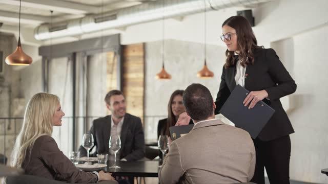vídeos de stock e filmes b-roll de ordering food and wine - vestuário de trabalho formal