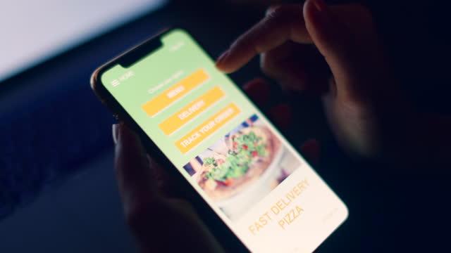 vídeos y material grabado en eventos de stock de pedir pizza usando una aplicación móvil - zoom hacia fuera