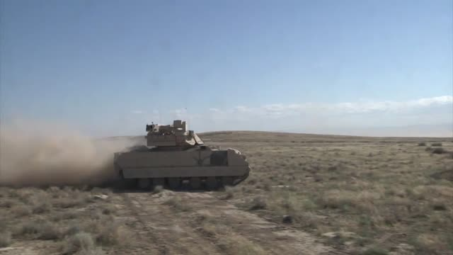 vidéos et rushes de oregon army national guard m2 bradley fighting vehicles from the 3rd battalion 116th heavy brigade combat team square off against m1a2 abrams tanks... - manoeuvre militaire