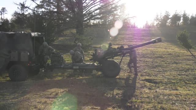stockvideo's en b-roll-footage met oregon army national guard soldiers from 2nd battalion 218th field artillery regiment conduct training at camp rilea warrenton oregon - infanterie