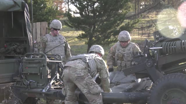 oregon army national guard soldiers from 2nd battalion 218th field artillery regiment conduct training at camp rilea warrenton oregon - infanterie stock-videos und b-roll-filmmaterial