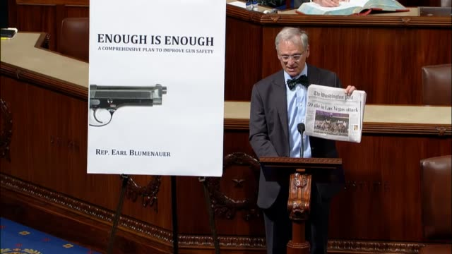 oregon congressman earl blumenauer holds up a copy of the washington post to ask what if the headline have been different and a disease that killed... - controllo delle armi da fuoco video stock e b–roll