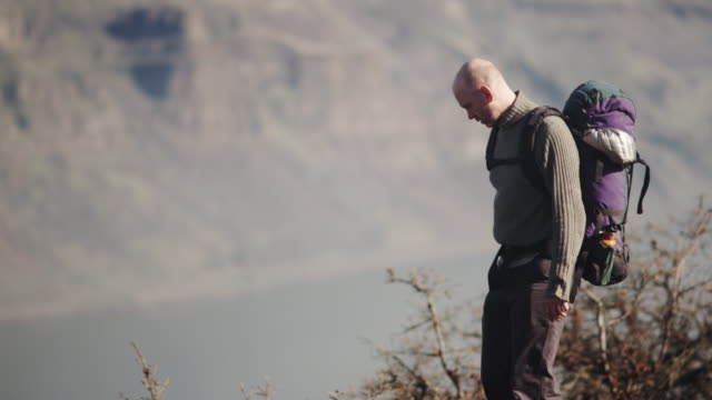 stockvideo's en b-roll-footage met oregon hiker - alleen één oudere man