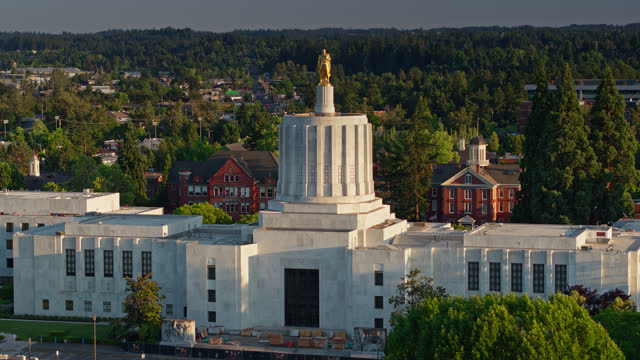 vídeos de stock e filmes b-roll de oregon state capitol building at golden hour - drone shot - oregon estado dos eua
