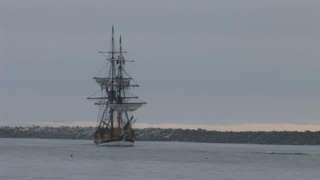 oregon, united statesship cruising in bay of oregon pacific northwest united states - herumfahren stock-videos und b-roll-filmmaterial