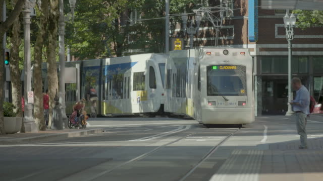 vidéos et rushes de 2018_portland oregon_max light rail service trimet_passing - ligne de tramway