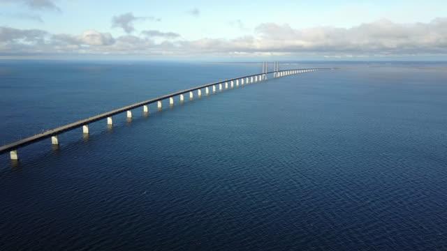 vídeos y material grabado en eventos de stock de puente oresund, que conecta suecia y dinamarca - puente de oresund