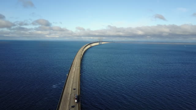 oresund bridge, connecting sweden and denmark - ponte video stock e b–roll