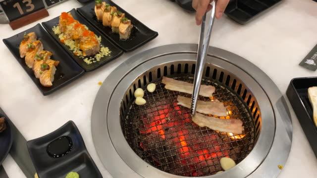 barbecue pollo biologico sul barbecue - coscia gamba umana video stock e b–roll