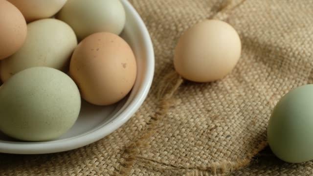 organic eggs in bowl over burlap - 荒い麻布点の映像素材/bロール