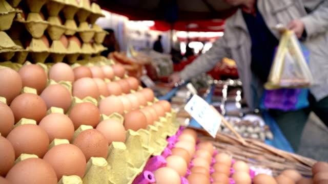 bio-eier auf bauernmarkt - lebensmittelhändler stock-videos und b-roll-filmmaterial