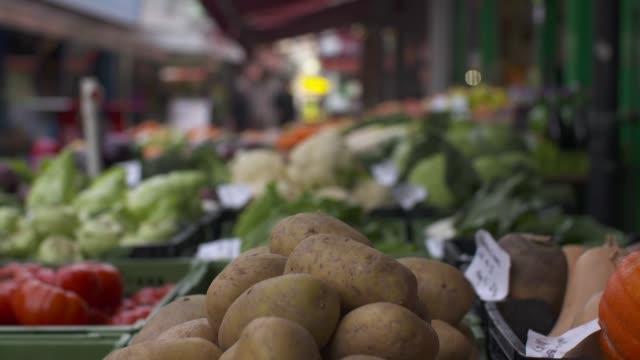 organischer markt in der stadt - obst stock-videos und b-roll-filmmaterial