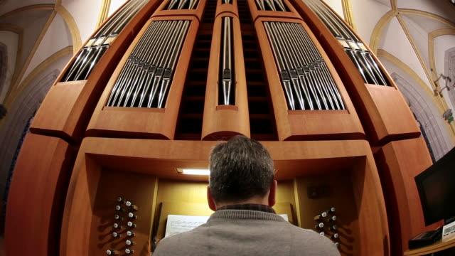 vídeos y material grabado en eventos de stock de ms td organist at church organ playing / saarburg, rhineland-palatinate, germany - un solo hombre maduro