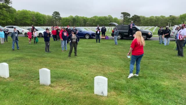 organizer deborah stondell of holtsville gathers volunteers to place flags at the calverton national cemetery on may 23 2020 in wading river new york... - us memorial day stock videos & royalty-free footage