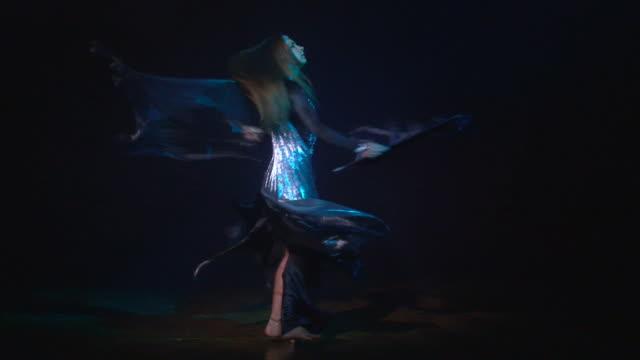 orientalische dance mit flügel - historische kleidung traditionelle kleidung stock-videos und b-roll-filmmaterial
