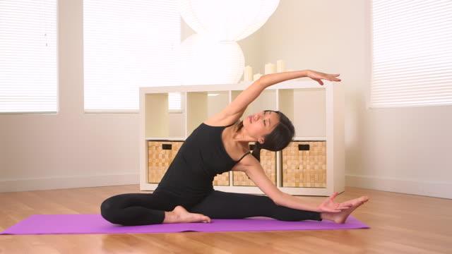 vídeos y material grabado en eventos de stock de oriental woman doing yoga - centro de yoga