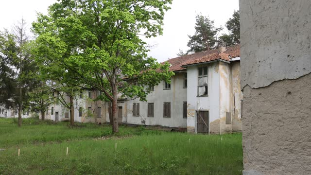 vidéos et rushes de original, abandoned houses for athletes marked with their housing complex names stand at the site of the 1936 berlin olympic village on may 17, 2021... - village
