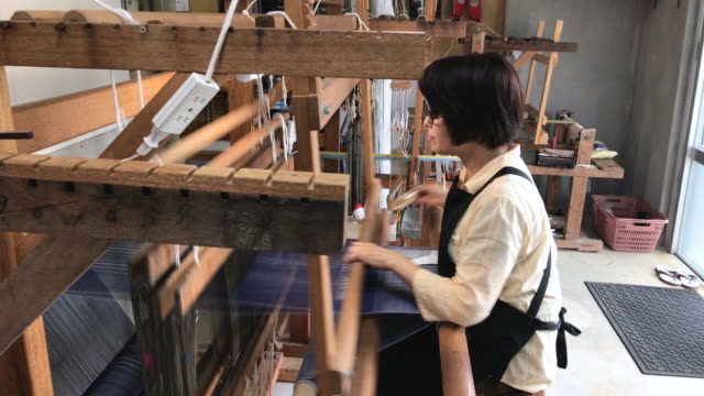 stockvideo's en b-roll-footage met orimono textiel shop in okinawa, japan - weven