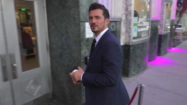 vídeos de stock, filmes e b-roll de orlando bloom outside the hollywood museum in hollywood in celebrity sightings in los angeles, - shirt and tie