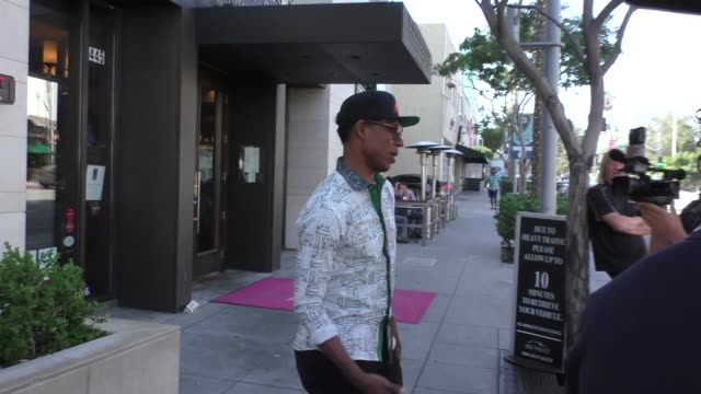 orlando jones on if credit scores are fair while shopping in beverly hills at celebrity sightings in los angeles on september 08, 2017 in los... - orlando jones stock videos & royalty-free footage