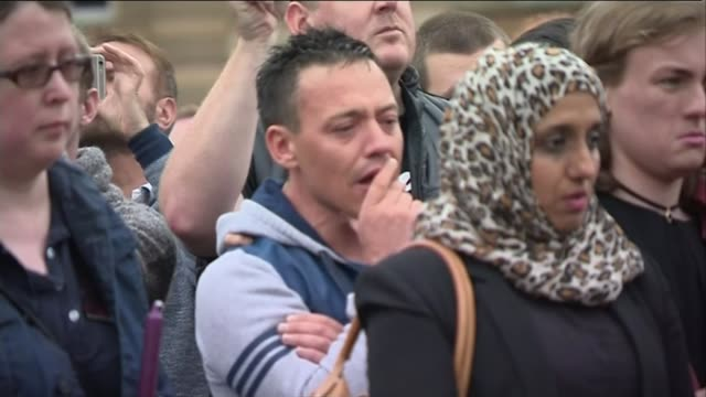 reaction in usa london and south korea scotland glasgow man crying at vigil people lighting candles at vigil bv gay couple holding hands at temporary... - 仮設追悼施設点の映像素材/bロール