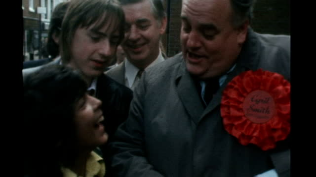 ormskirk: cyril smith holding gingerbread man and joking with youngsters about head being ted heath and legs being harold wilson sot 11.2.1992 /... - smith tower stock videos & royalty-free footage