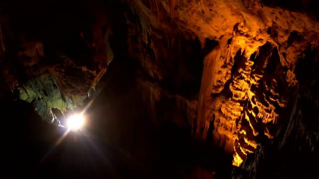 vídeos de stock, filmes e b-roll de ornamentos em caverna resava - stalactite
