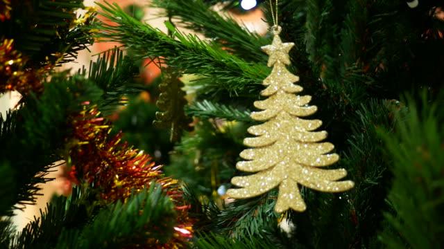 vidéos et rushes de ornements d'arbre de noël - guirlande lumineuse décoration de fête
