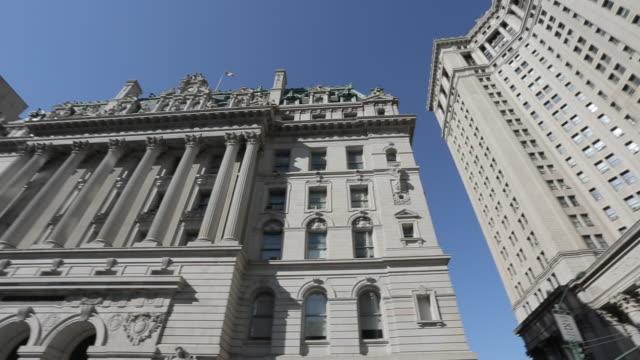 ornate building surrounding city hall park, manhattan, new york city, new york, usa, north america - lateinische schrift stock-videos und b-roll-filmmaterial