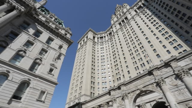 stockvideo's en b-roll-footage met ornate building surrounding city hall park, manhattan, new york city, new york, usa, north america - town hall