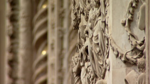 ornate carvings decorate the facade of the orvieto cathedral. available in hd. - ウンブリア州点の映像素材/bロール