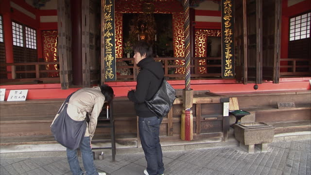 la td ws ornate ceiling and altar at kiyomizu-dera temple, kyoto, japan - 日本語の文字点の映像素材/bロール