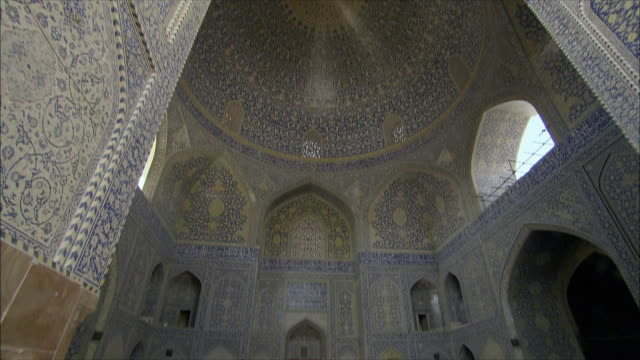 WS LA TD Ornate ceiling and tourists at Imam Khomeini Mosque, Naghsh-e Jahan Square, Isfahan, Iran