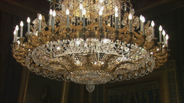 vidéos et rushes de ms tu td ornate chandelier, royal palace, madrid, spain - ornement