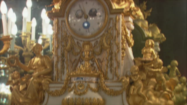 vidéos et rushes de ms tu ornate clock with figurines in royal palace, madrid, spain - ornement
