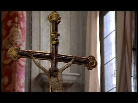 vidéos et rushes de zi ornate crucifix in church - croix religieuse
