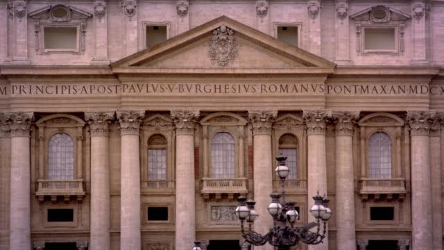 vídeos y material grabado en eventos de stock de ornate facade of st. peters - frontón característica arquitectónica