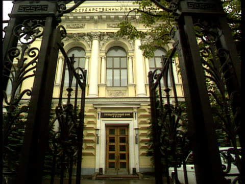 ornate gates leading to soviet central bank entrance zoom in to main doorway russian federation - 中央銀行点の映像素材/bロール